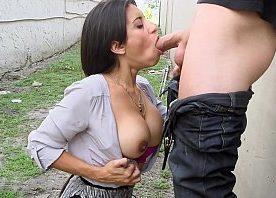 Em um lote vago porno amador com safada mamando a rola