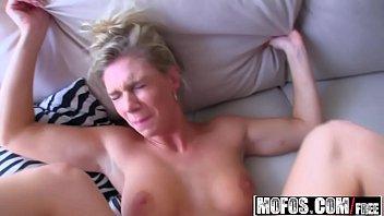 Porno novinha loira esta na transa tomando pica