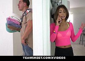Assistir vídeo pornô com a novinha linda adorando dar